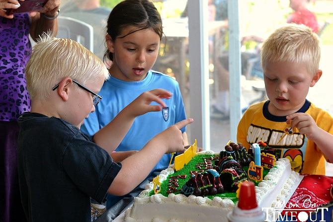 kids-decorating-cake