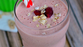 strawberry-oatmeal-smoothie-with-greek-yogurt-easy