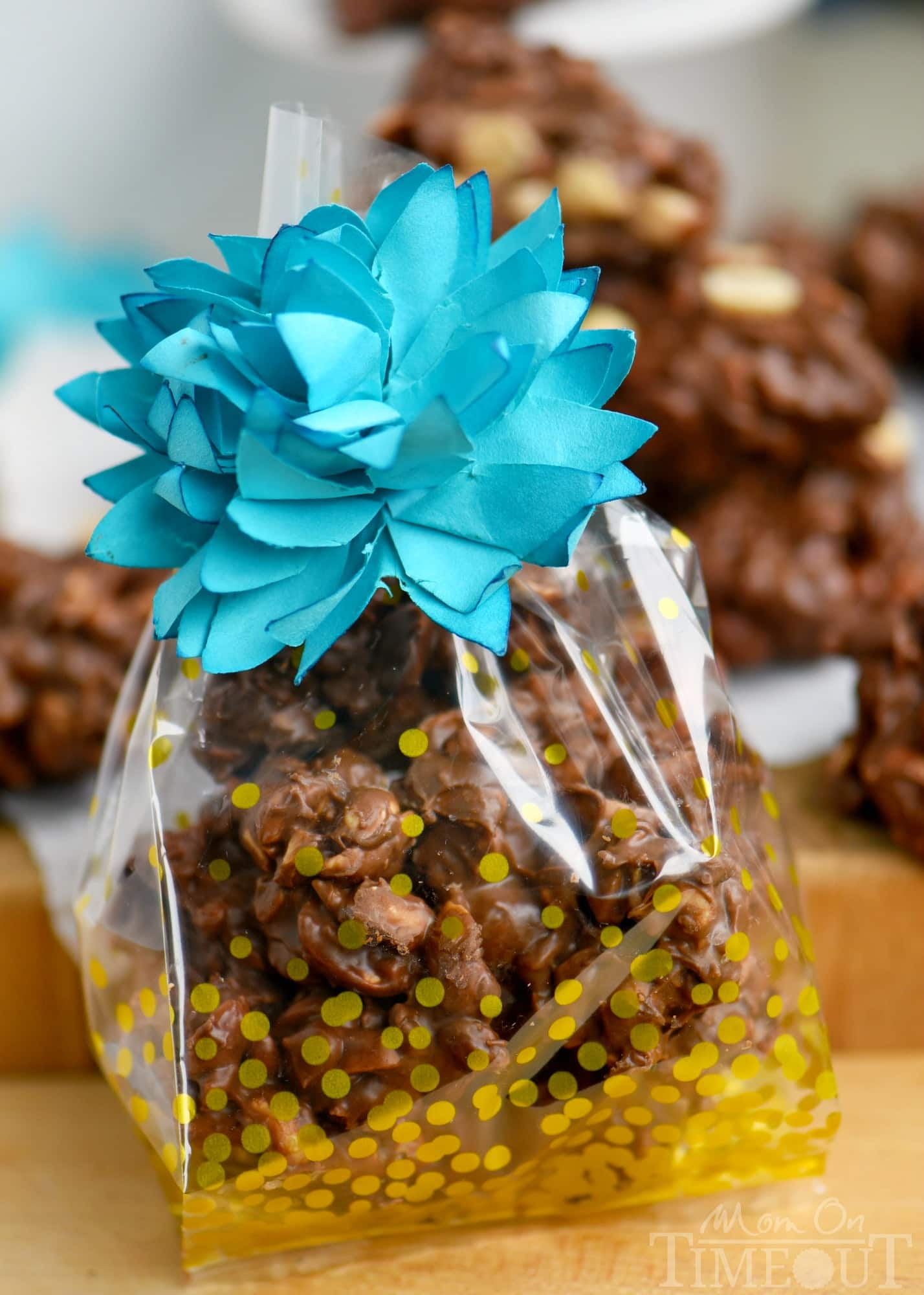 These Toffee Peanut Clusters are made in the microwave and use only FIVE ingredients! A simple, delicious, easy candy recipe that everyone will enjoy! Great for gifts! // Mom On Timeout