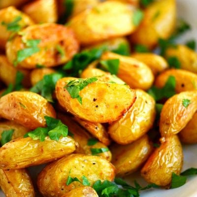 garlic-roasted-potatoes-plated-title