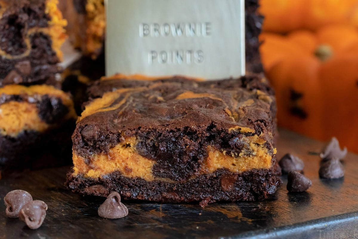 brownie de tarta de queso de calabaza simple con servidor de puntos de brownie detrás